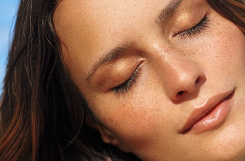 Wie tragen Sie richtig eine Bräunungscreme für das Gesicht auf?