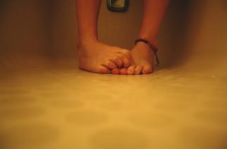 Starkes Schwitzen an den Füßen: Ursachen und Methoden