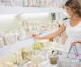 Einkäufe in Drogerie – Parfüm und dekorative Kosmetik wählen